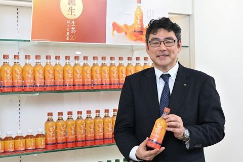 2020年9月の発売以来、記録的な売り上げを伸ばす「キリン 生茶 ほうじ煎茶」を手にほほえむキリンビバレッジ執行役員マーケティング部の山田雄一部長