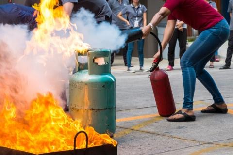 """有事に備えて""""消火""""訓練を(写真/Shutterstock)"""