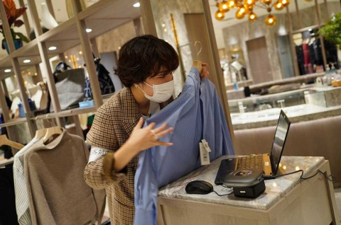 三越伊勢丹は伊勢丹新宿店の一部のカテゴリーを対象に「三越伊勢丹リモートショッピングアプリ」をスタートさせた。写真は本館2階、婦人服のアーバンクローゼット
