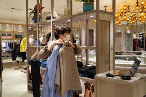 店頭と同様に客と会話をしながら利用シーンやライフスタイル、趣味嗜好に合わせて商品を提案。カシミヤなど、素材によって取り扱う際の注意事項も併せて伝える