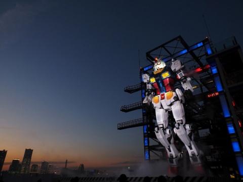 「GUNDAM FACTORY YOKOHAMA」の営業時間は午前10時~午後9時(午後8時最終入場)。筆者が参加した内覧会は午後4時の回だったため、日暮れどきから夜にかけて、光の加減でドラマチックに表情を変えていくガンダムを堪能できた