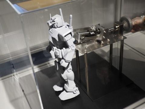 アカデミーでは「動くガンダム」の開発過程が使用されている技術なども含めて詳しく解説されている