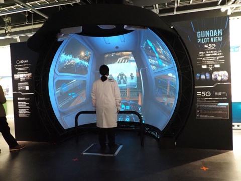 ガンダムに乗り込み、コックピットからの視点をシミュレートするAR体験コーナー「GUNDAM Pilot View of SoftBank 5G EXPERIENCE」はかなりの人気を呼びそうだ