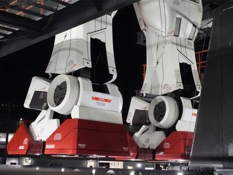 GUNDAM-DOCK TOWERへ昇る待ち時間に撮影した、ガンダムの足首。腰で支えられている25トンのガンダムは、地上から少し浮き、足裏と地面の間に空間があるのが分かる