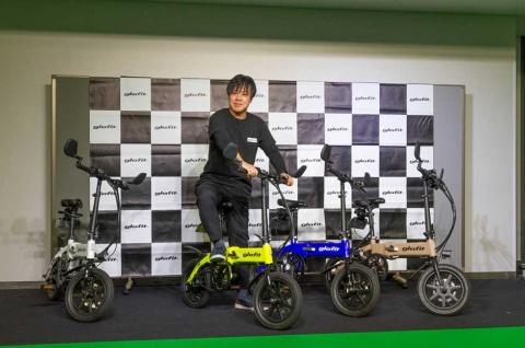 新モデルの「GFR-02」にまたがるglafitの鳴海禎造CEO。カラーバリエーションは4色で、鳴海氏はフラッシュイエローがお気に入りだという