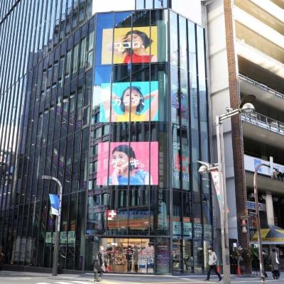 店舗の外観。巨大な屋外サイネージ3画面で新宿の新たなランドマークを目指す