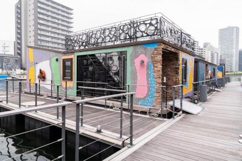 天王洲の運河に浮かぶ多目的水上施設を活用した水上ホテル「PETALS TOKYO」。コテージ風だが、実は船。1隻が1客室(40~45平方メートル)で定員2人、1泊1室当たり8万円~(朝食付き)