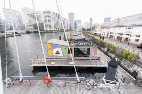 PETALS TOKYOは運河の交差点そばに停泊している。写真奥へ流れるのが高浜運河、他の3方向は天王洲運河と呼ばれる。水上施設は交差点に近い奥から、PETAL1、2、3…と並ぶ