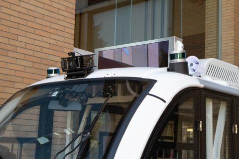 「Izukoいずきゅん号」では、自動運転用のセンサーの他に、車内外に取り付けられた10個のカメラを設置して遠隔監視・操縦を実現