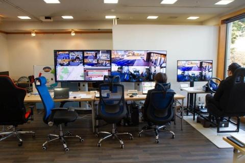 伊豆高原駅に設置されたコントロールセンター。中央の2台のモニターで伊豆高原エリア、下田エリアを走行する2台の車両を監視する。右端にハンドルを取り付けた遠隔操縦席がある