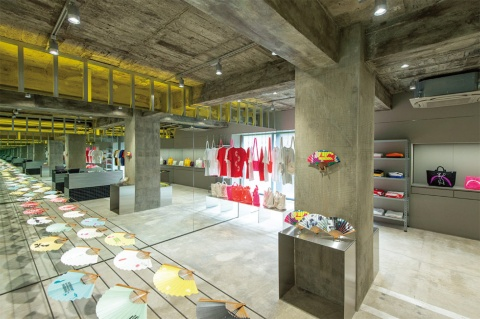 バナナとイエロうの内観。店内の壁は3面鏡張り。ワイヤを什器(じゅうき)として使用し、ディスプレーしている扇子が浮いているようにも見える。鏡をのぞくと、どこまでも空間が続いていくような不思議な世界が広がっている。ブランドプロデュースはGRAPH(兵庫県加西市)、店舗設計は、MOUNT FUJI ARCHITECTS STUDIO(東京・渋谷)が担当した(写真/星野裕也)