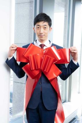 自分自身をプレゼントするための人間用特大リボン(同1800円、限定10個、ブラックサンダー20本付き)