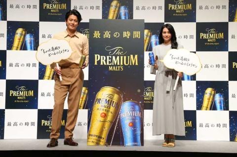 新しいコミュニケーションメッセージは「ちょっと高級なビールにしようか」。CMキャラクターは05~20年まで務めた矢沢永吉から小栗旬と柴咲コウにバトンをつなぐ