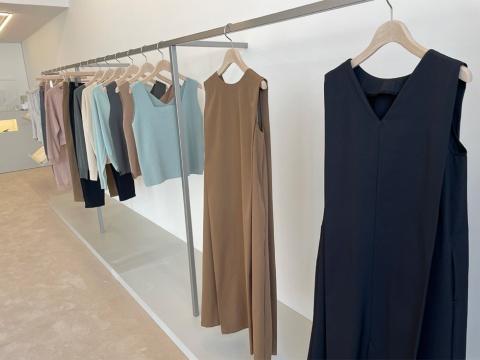 EASY DRESSは1万9800円。ネックラインのデザインが前後で違うので、2WAYで着ることができる