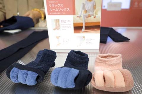 「足指リラックスソックス」(税込み590円)は履くだけで心地よく足の指の間が広がるので、ネイルケアをするときにも使いやすい