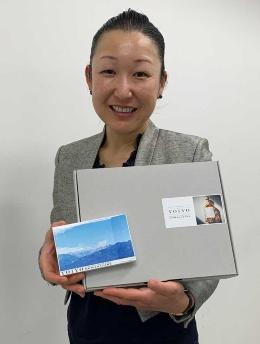 ロッテ マーケティング本部 EC戦略部 商品企画課の田中麻紀子氏。YOIYO<KOMAGATAKE>のパッケージは絵はがきをイメージした