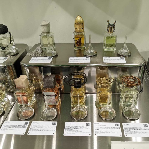 香水にはそれぞれ調香師のメッセージが添えられている。ロートの内側には香水が吹き付けてあり、香りを楽しむこともできる