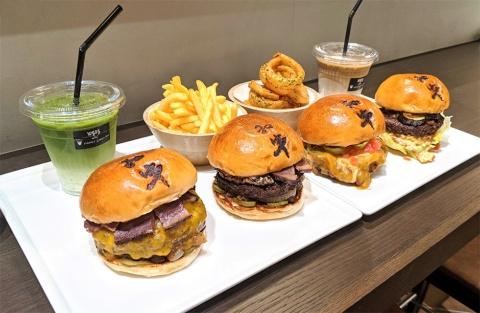 販売するハンバーガーはTHE和牛バーガーに加えて和牛チーズバーガー(1650円)、和牛チリコンバーガー(1540円)、和牛テリヤキバーガー(1540円)の4種類。サイドメニュー1品とドリンクを付けたセットもある