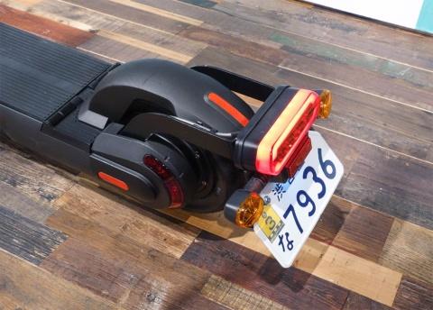 小型特殊自動車のため、ナンバープレートを装着。運転の際は免許証の携帯が必要となる