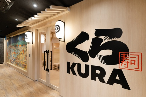 2021年4月22日にオープンしたグローバル旗艦店2号店「くら寿司 道頓堀」。LEDのちょうちんが壁面に並ぶ「提灯ウォール」が目を引く