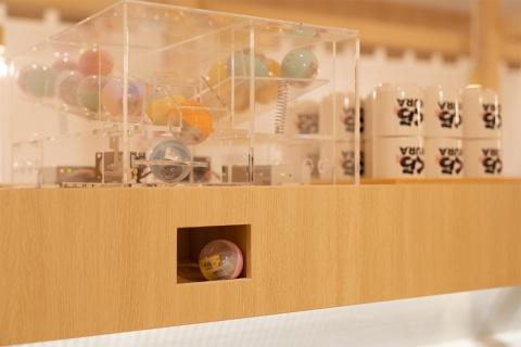 くら寿司のエンターテインメント性を象徴する「ビッくらポン!」は、グローバル旗艦店でも