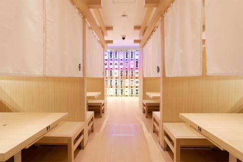 のれんを用いたくら寿司初の「半個室」で、ゆったりと過ごしつつエンターテインメント性も感じられる店内