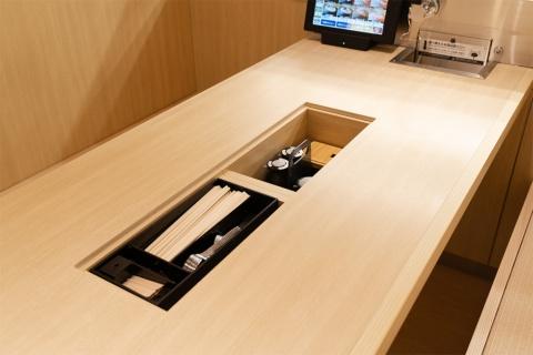 箸や醤油などは机の中に収納でき、衛生面にも気を配っている