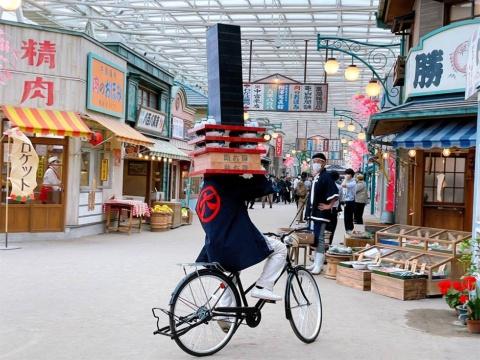 商店街の至る所で入場者を巻き込んだ住人たちのパフォーマンスが繰り広げられる