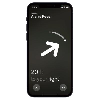 捜すにはいろいろな方法がある。「探す」アプリを使って「AirTag」の内蔵スピーカーで音を鳴らしたり、音声でSiriに「カバンを捜して」と伝えたりすることも可能。0.1メートル単位で正確な位置を特定することもでき、その際の画面は矢印で表示してくれる(画像はhttps://www.apple.com/)