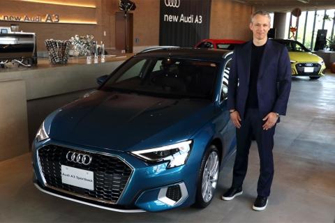 新型「A3スポーツバック」と発表会に登壇したアウディジャパンのフィリップ・ノアック社長