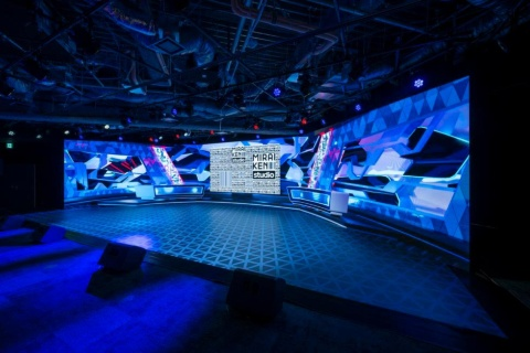 バンダイナムコエンターテインメントが本社内にオープンした配信専用スタジオ「MIRAIKEN studio」。「A studio」は4面の巨大LEDディスプレーを備えたステージを常設