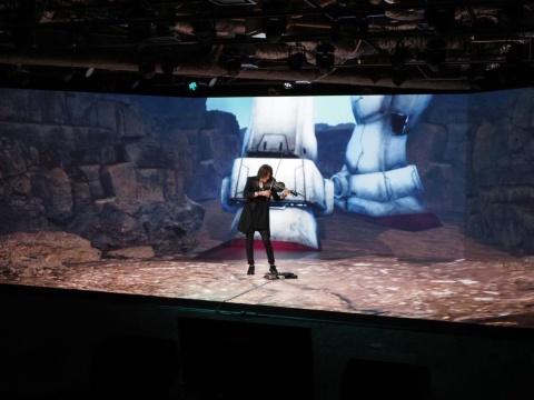 オープニングセレモニーには、LUNA SEAのSUGIZO氏も出演。ギターとバイオリンを披露した。写真は、実際のスタジオで撮影した風景。背景にはガンダムのつま先しか映っていない。