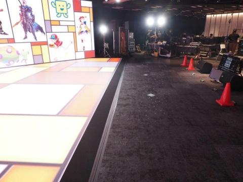 ステージ手前の床面をよく見ると無数の黒いマーカーが配置されている。これを基準に3Dで構成されたバーチャル空間の映像をステージにはめ込んでいる