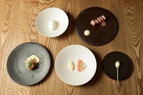 「ふつうのマヨネーズのふつうじゃないコース」は全5品。最初の1皿はスプーンに盛られただけのマヨネーズが提供される