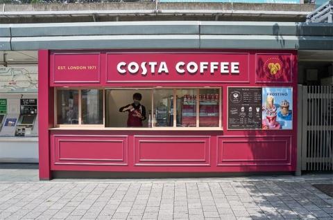 2021年7月13日、JR原宿駅竹下口改札を出てすぐの場所にオープンした「コスタコーヒー 原宿駅店」。営業時間は平日が午前8~午後6時、休日は午前9~午後7時