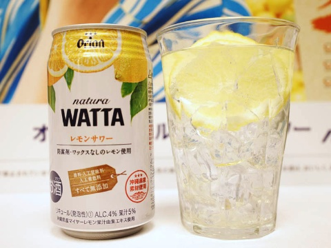 「natura WATTAレモンサワー」は6月に新発売した新しいシリーズで、安心安全な原料を使い、素材本来のおいしさを存分に生かすストレート果汁を採用。パッケージもナチュラルさを訴求している。標準小売価格はCVSで197円