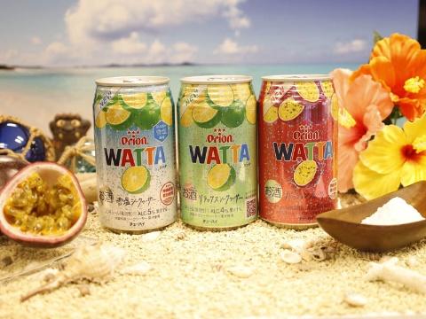 21年4月に首都圏での販売が始まった「WATTA雪塩シークヮーサー」(左)、「WATTAリラックスシークヮーサー」(中)、「WATTAパッションフルーツ」。通年販売。標準小売価格はCVSで153円