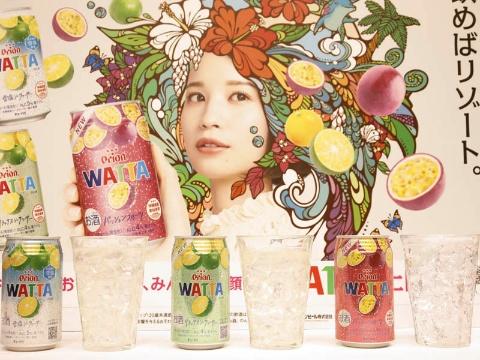 WATTAブランドは20年5月のリニューアル時に、パッケージデザインを大幅刷新。南国を思わせるカラフルなデザインが特徴でSNSなどでも評価が高い。WATTAをはじめ、オリオンビールの商品はすべて、沖縄県産素材使用マークを付けている