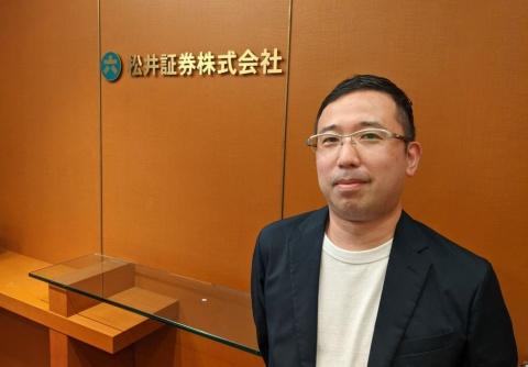 松井証券マーケティング部プロフェッショナルの武藤正樹氏。2002年の入社後、顧客サポート部門、事業開発部門を経て17年より営業推進部(現マーケティング部)へ。「学べるラブリー」では企画立案から内容の策定、出演までを1人で担当している