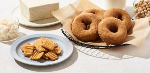「食べ切サイズ きらず揚げ しお」(左)と「おからを使った SOYドーナツ」(右)。豆腐を作る際の副産物であるおからは、伝統的なアップサイクル食品といえる
