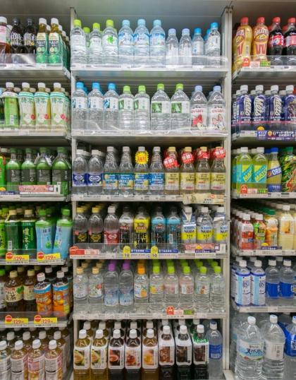 飲料コーナーでは無糖の炭酸飲料が幅を利かせている