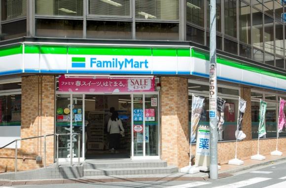 東池袋にある「サンシャイン60」内のファミリーマート本社に近く、大型スーパーや専門学校にも隣接。利用客はビジネスパーソンと学生が多い