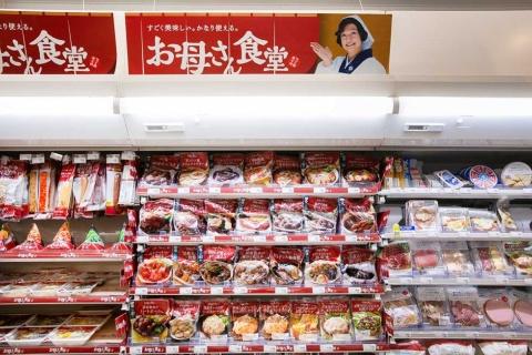 共働き世帯が増え、働く女性が仕事帰りにコンビニで惣菜を購入するケースが増加中