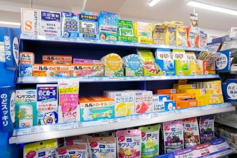 菓子コーナーの喉あめと双璧を成して売れているのが、指定医薬部外品の喉あめだ