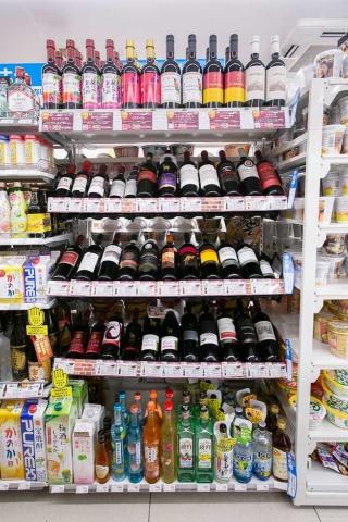 ワインの売り上げは昨年大きく伸長。「ペットボトル入り」「500円以下」の手軽さで新規ユーザー層を狙う