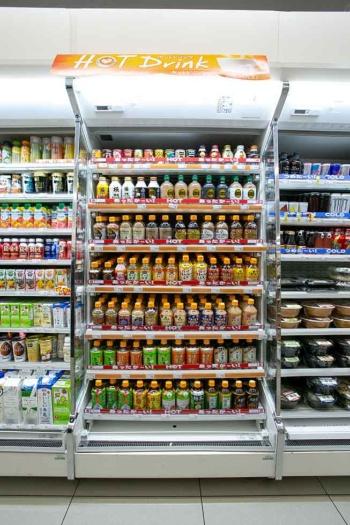 ペットボトルタイプのホットドリンク棚には500mlの商品も多く並ぶ。ホットコーヒー系飲料も、18年はペット入りが棚を席巻。有名店とのコラボ商品などバリエーションも豊富に