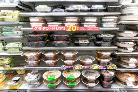 その日の気温に合わせて、麺類コーナーでは毎日商品の並びを変えている