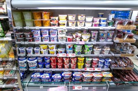 朝は機能性ヨーグルト、昼はフルーツ入りなどデザート系ヨーグルトが売れ筋となる。時間帯によって人気商品が異なるため、目的別に品ぞろえを充実させている