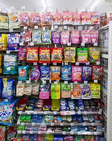 ボトル型のラムネが袋型となり駄菓子のイメージを脱却。グミやキャンディーと同じ菓子コーナーに並ぶ