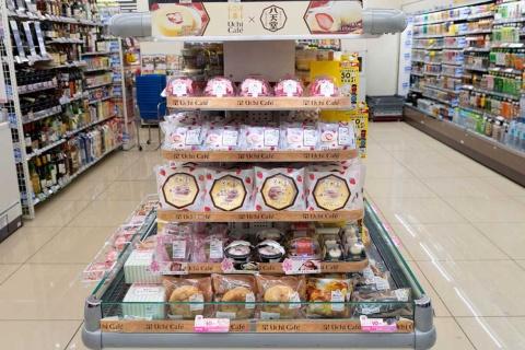 スイーツ棚は桜やイチゴなど春の商品でピンクに染まった。通常は洋菓子が人気だが、3月は和菓子のニーズが拡大する
